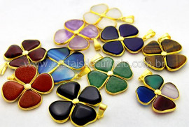 10 Pingente Misto Trevinho Pedras Diversas Montagem Envolto Dourado